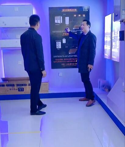 客户正在参观公司产品展厅